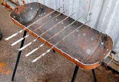 Место для шампуров в мангале из газового баллона