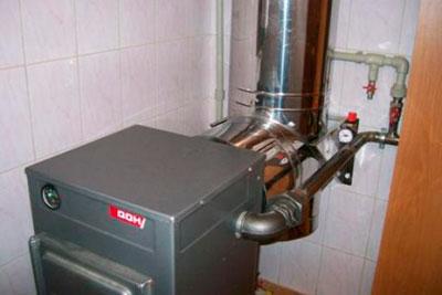 Котёл на угле, подключенный к системе отопления дома.